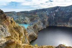 Озеро кратер 2 других цветов на вулкане Kelimuto стоковое фото