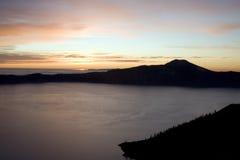 Озеро кратер на восходе солнца стоковая фотография rf