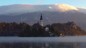 Озеро кровоточило с церковью St Marys предположения на малом острове; Кровоточенный, Словения, Европа акции видеоматериалы