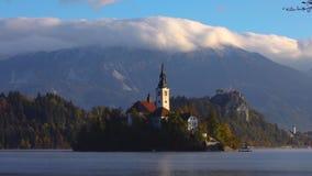 Озеро кровоточило с церковью St Marys предположения на малом острове; Кровоточенный, Словения, Европа сток-видео