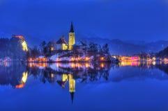 Озеро кровоточило, церковь предположения девой марии, кровоточенного острова, Словении - изображения ночи Стоковые Изображения