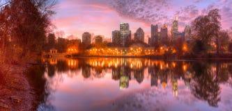 Озеро Клара Meer и центр города Атланта в сумраке, США Стоковое Изображение
