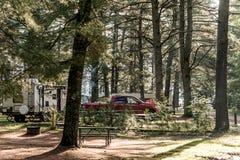 Озеро ландшафта Канады леса национального парка Algonquin кемпинга 2 рек красивого естественного припарковало автомобиль туриста  Стоковая Фотография RF