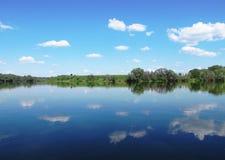 Озеро, лес с деревьями, голубое небо, облака Стоковое Изображение RF