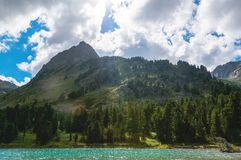 озеро между 2 горами на летнем дне Стоковое Фото