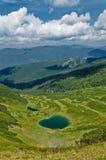 Озеро между горами стоковые фотографии rf
