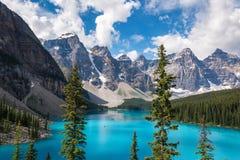 Озеро морен в национальном парке Banff, Альберте, Канаде стоковая фотография rf