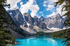Озеро морен в национальном парке Banff, канадских скалистых горах, Альберте, Канаде стоковые фото