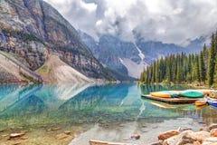 Озеро морен на Lake Louise около Banff в канадских скалистых горах стоковая фотография