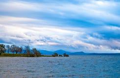озеро над заходом солнца вулканическим Стоковые Фотографии RF