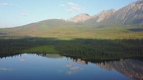 Озеро на восходе солнца, Альберта пирамид, Канада видеоматериал