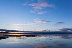 озеро над восходом солнца Стоковые Изображения