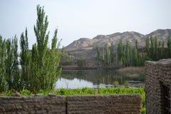 Озеро на входе ландшафта руин Jiaohe 10 km к западу от города Turpan в автономной области Синьцзян Uyghur стоковая фотография rf