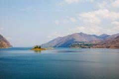 Озеро на запруде vachiralongkorn на kanchanaburi Таиланде стоковые изображения rf