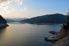 Озеро на заходе солнца, горы Vidraru Fagaras, Румыния стоковая фотография rf