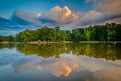 Озеро на заходе солнца, на парке дороги парка, в Шарлотте, Северная Каролина стоковое фото rf