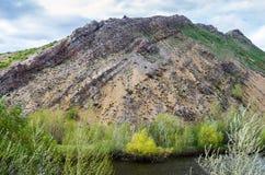 Озеро на ноге горы но., южная оконечность Karst гор Ural гребня Karamurun-tau стоковая фотография rf