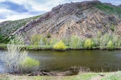 Озеро на ноге горы но., южная оконечность Karst гор Ural гребня Karamurun-tau стоковые изображения rf