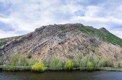 Озеро на ноге горы но., южная оконечность Karst гор Ural гребня Karamurun-tau стоковые изображения