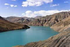 Озеро на плато Тибета   Стоковая Фотография RF