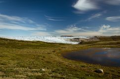 Озеро на пути от пункта 660 к Kangerlussuaq Greenlandic ледяная шапка на заднем плане стоковое фото