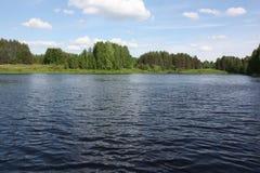 Озеро на ясный день Стоковые Фотографии RF