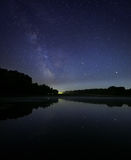 Озеро ноч под звездами млечного пути Стоковое фото RF