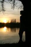 озеро около детенышей женщины захода солнца Стоковые Фотографии RF
