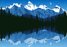 Озеро около соснового леса в горах под ночным небом Стоковая Фотография RF