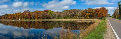 Озеро осен и проезжая часть, Washington County, mn стоковое изображение