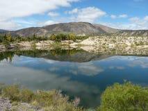 Озеро отражая небо стоковые изображения rf