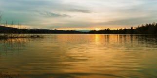 Озеро ольшаник на заходе солнца. Стоковое Изображение