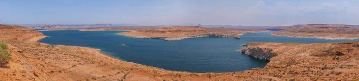 Озеро Пауэлл, горные породы панорамы красные окружая голубое озеро в пустыне Аризоны, Соединенных Штатов стоковые изображения rf