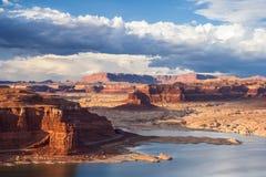 Озеро Пауэлл и Колорадо в рекреационной зоне каньона Глена национальной во время захода солнца Стоковое Изображение RF