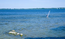 озеро переднего плана трясет sniardwy Стоковое фото RF