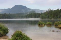 Озеро перед горой в горных вершинах Стоковая Фотография