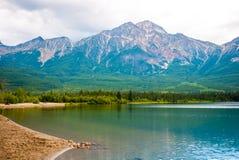 Озеро пирамид в национальном парке яшмы стоковые фотографии rf