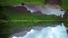 Озеро повернуло 180 ° в середине древесных зеленей и гор акции видеоматериалы