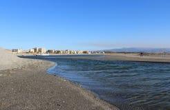 Озеро, поверхность природы и воды, одичалая сцена и горы стоковое изображение rf