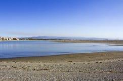 Озеро, поверхность природы и воды, одичалая сцена и горы Стоковая Фотография RF