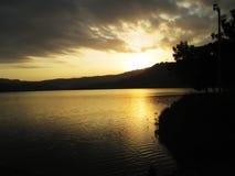 Озеро под горой на сумраке Стоковые Фотографии RF