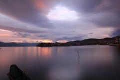 Озеро под предпосылкой захода солнца Стоковая Фотография RF