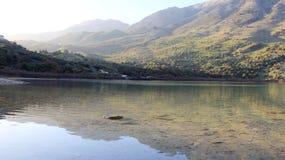 Озеро природ Kournas в Крите с горным видом стоковая фотография rf