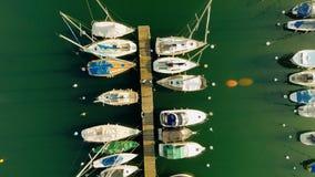 Озеро пристани парусников вид с воздуха Док корабля сток-видео