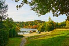 Озеро, пляж, трава, каникулы, падение Стоковое фото RF