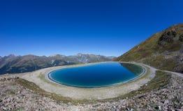 Озеро резервуар воды на Mt Jakobshorn в ¼ Давос Graubà nden Швейцария в лете Стоковое Фото