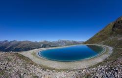 Озеро резервуар воды на Mt Jakobshorn в ¼ Давос Graubà nden Швейцария в лете Стоковое Изображение RF