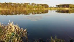 озеро рыболовства рыболова около времени захода солнца к Стоковое фото RF