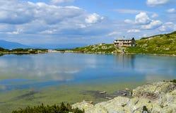 Озеро рыб и хата Sedemte Ezera Стоковое Изображение RF