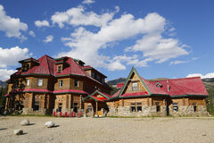 Озеро смычк исторической ложи Num-ti-Jah близко в национальном парке Banff, Канаде Стоковые Изображения RF